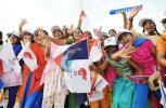 图文-圣火传递活动在马斯喀特举行 印度裔儿童们