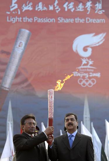图文-奥运圣火在伊斯兰堡传递 巴总统总理共举火炬