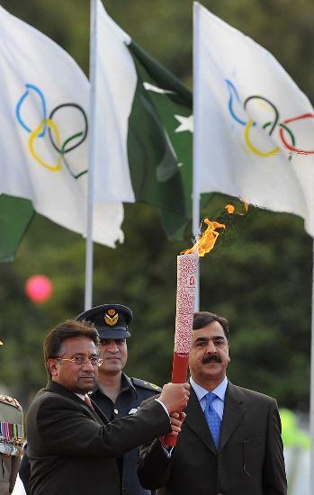 图文-北京奥运圣火在伊斯兰堡传递 光荣属于奥林匹克
