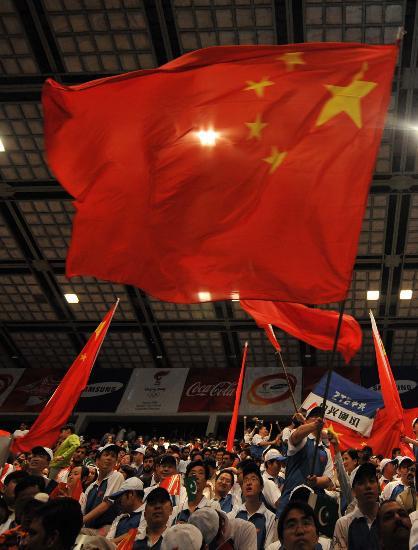 图文-北京奥运圣火在伊斯兰堡传递 五星红旗飘扬