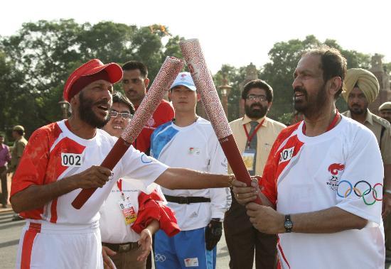 图文-北京奥运圣火在新德里传递 第二棒火炬手辛格