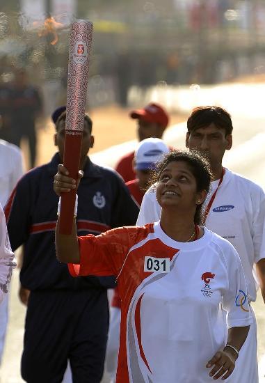 图文-北京奥运圣火在新德里传递 女火炬手颇感自豪