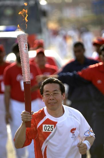 图文-北京奥运圣火在新德里传递 王洪森传递火炬