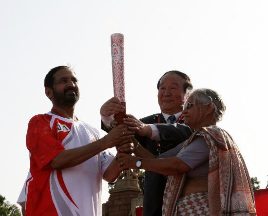 图文-北京奥运圣火在新德里传递 第一棒卡尔曼迪