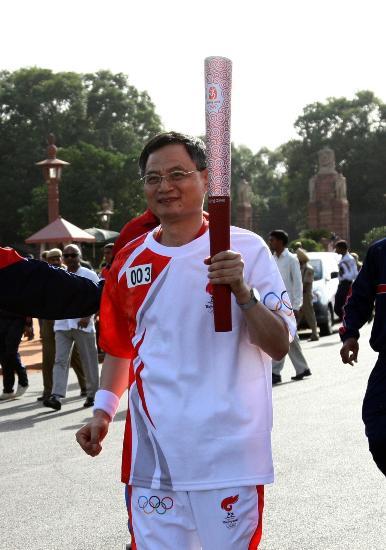 图文-北京奥运圣火在新德里传递 驻印大使跑第三棒