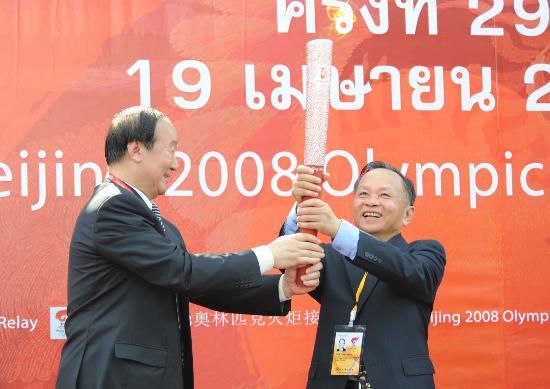 图文-北京奥运圣火在曼谷传递 蒋效愚交接火炬