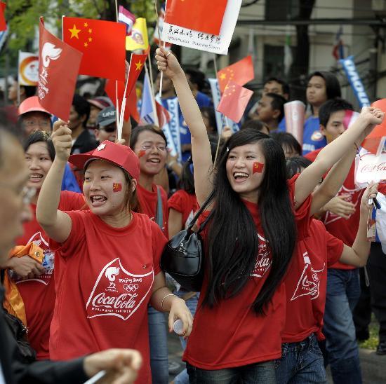 图文-北京奥运圣火在曼谷传递 美女为火炬加油