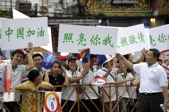 图文-北京奥运圣火在曼谷传递 观众也是全情投入