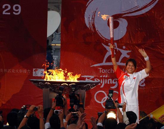 图文-北京奥运圣火在曼谷传递 末棒火炬手挥手示意