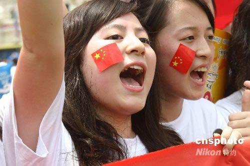 图文-奥运圣火在吉隆坡传递 脸上红旗格外显眼