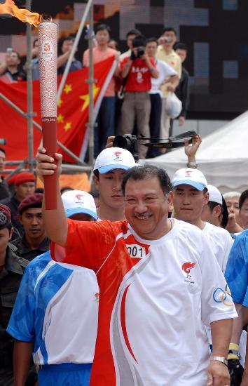 图文-奥运圣火在吉隆坡传递 大马奥委会主席传圣火