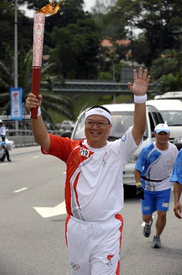 图文-奥运圣火在吉隆坡传递 火炬手兴高采烈传递
