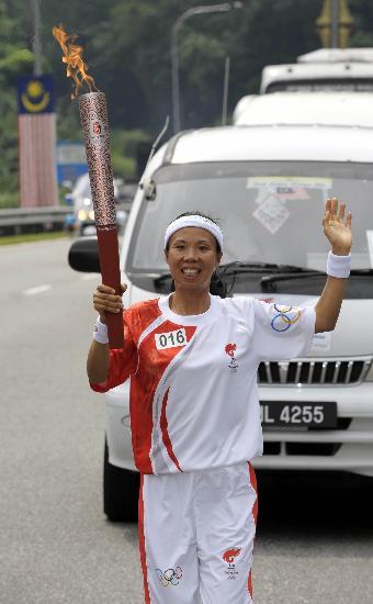 图文-北京奥运圣火在吉隆坡传递 火炬手袁玉芳
