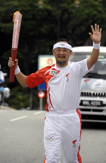 图文-北京奥运圣火在吉隆坡传递 25号火炬手传递
