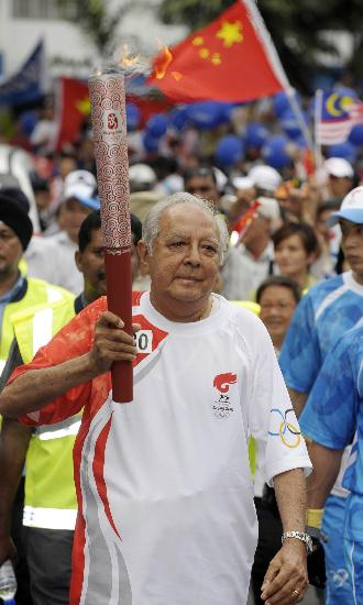 图文-北京奥运圣火在吉隆坡传递 维亚传递火炬