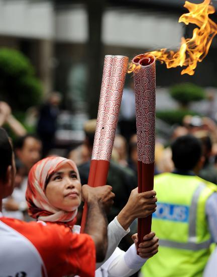 图文-北京奥运圣火在吉隆坡传递 圣火交接很神圣