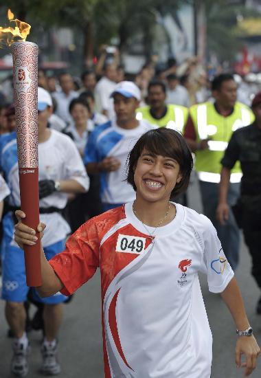 图文-奥运圣火在吉隆坡传递 戴维尽情的展示火炬