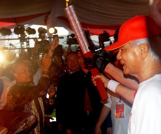 图文-奥运圣火在吉隆坡传递 沙阿准备点燃圣火盆