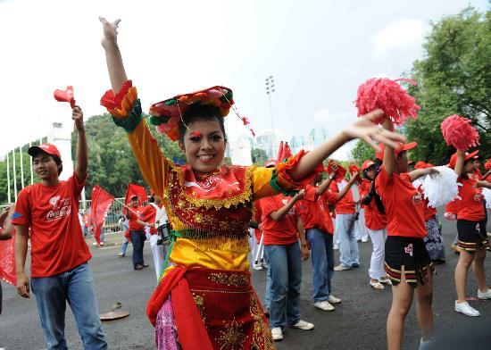 图文-北京奥运圣火在雅加达传递 沿途的舞蹈表演