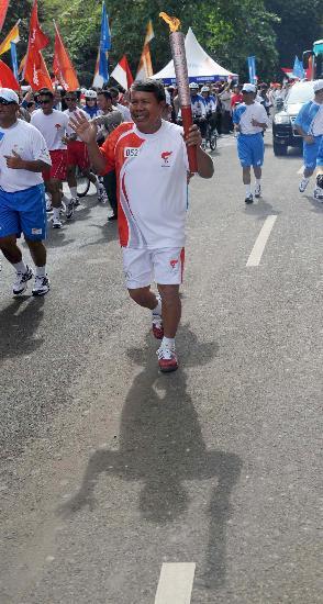 图文-北京奥运圣火在雅加达传递 火炬手哈拉哈普