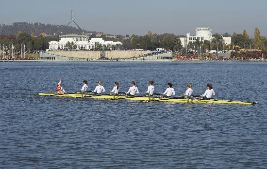 图文-北京奥运圣火在堪培拉传递 帕特里克水上传递