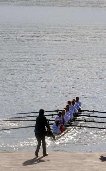 图文-北京奥运圣火在堪培拉传递 帕特里克手持火炬