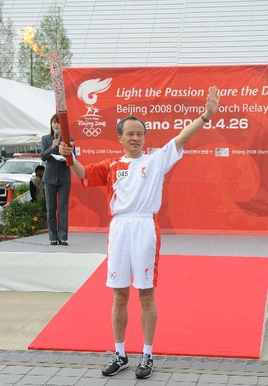 图文-北京奥运会火炬在长野传递 驻日大使致意