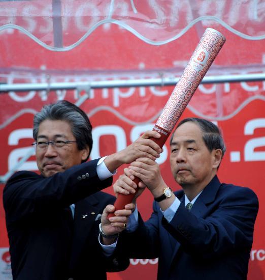图文-北京奥运会火炬在长野传递 李炳华赠送火炬