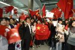 图文-奥运圣火抵达韩国首都首尔 五星红旗格外鲜艳