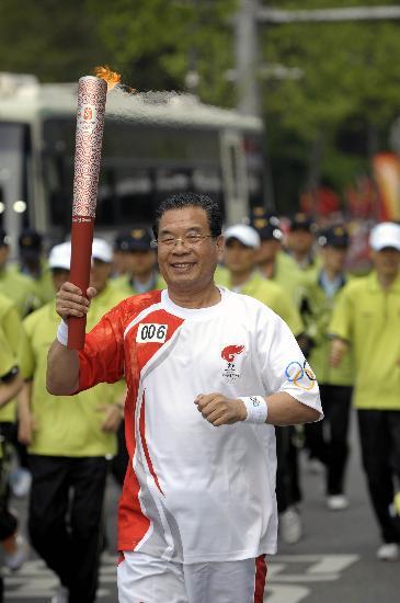 图文-北京奥运圣火在首尔传递 郑东洙手持火炬传递