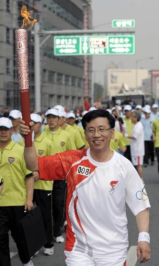 图文-北京奥运圣火在首尔传递 金行军手持火炬传递