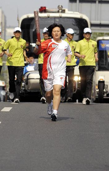 图文-北京奥运圣火在首尔传递 赵润贞手持火炬传递