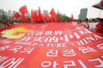 图文-北京奥运圣火在首尔传递 华人华侨人数众多