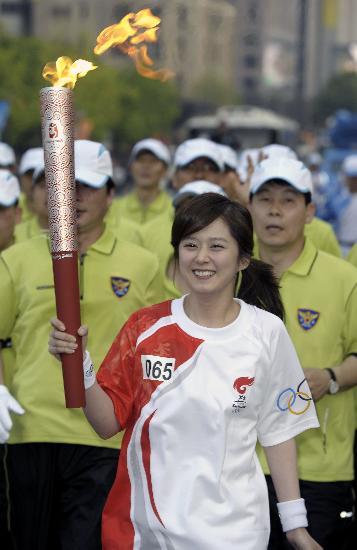 图文-北京奥运圣火在首尔传递 美少女笑得花样灿烂