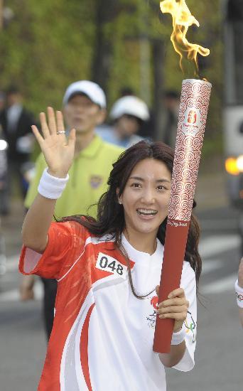 图文-北京奥运圣火在首尔传递 郑少英向人群致意