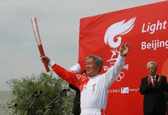 图文-北京奥运会圣火在平壤传递 朴斗益展示火炬
