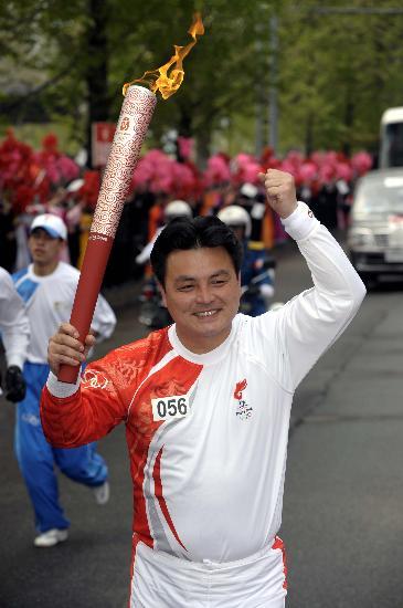 图文-北京奥运会火炬在平壤传递 全景哲高举火炬