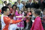 图文-北京奥运会火炬在平壤传递 小朋友触摸
