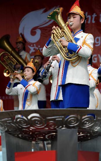 图文-北京奥运会火炬在平壤传递 女子乐队的表演