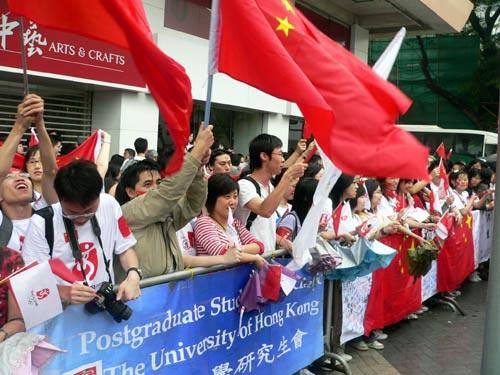 图文-北京奥运会圣火在香港传递 雨水挡不住热情