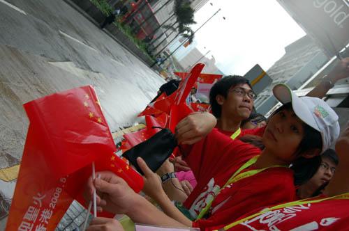 图文-北京奥运会圣火在香港传递 红衣随处可见