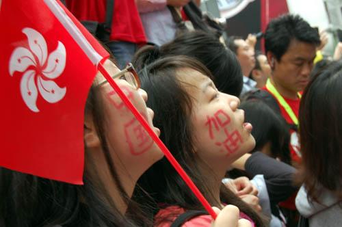 图文-北京奥运会圣火在香港传递 口号写在脸上