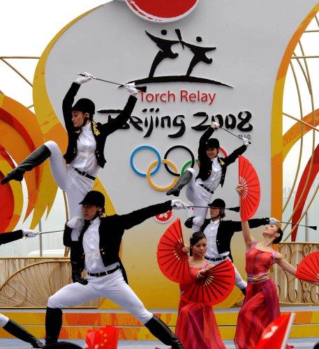 图文-北京奥运圣火在香港传递