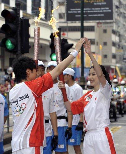 图文-北京奥运圣火在香港传递 陈慧琳古巨基击掌