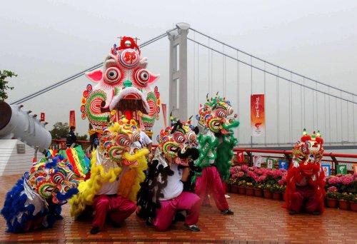 图文-北京奥运圣火在香港传递 青马大桥舞狮表演