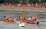 图文-北京奥运圣火在香港传递 施幸余坐龙舟传递