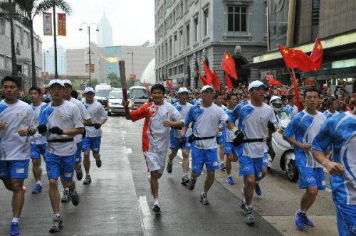 图文-北京奥运圣火在香港传递 刘天王第四棒传递