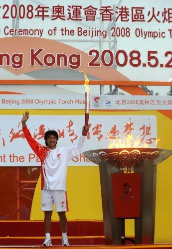 图文-北京奥运圣火在香港传递 点燃圣火盆后庆祝