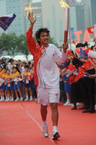 图文-北京奥运圣火在香港传递 黄金宝最后压轴