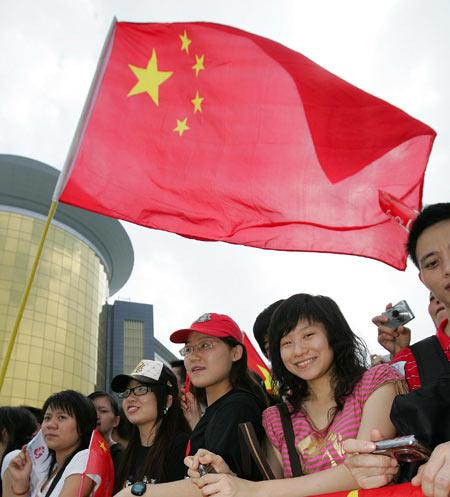 图文-北京奥运圣火在澳门传递 五星红旗迎风飘扬